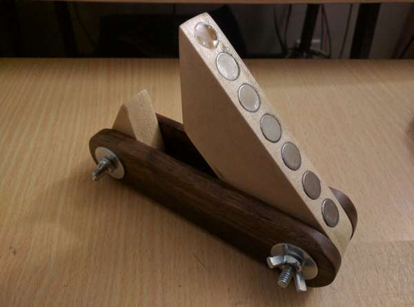 Both sides of the saw guide open so as to rest on the edge of the wood.