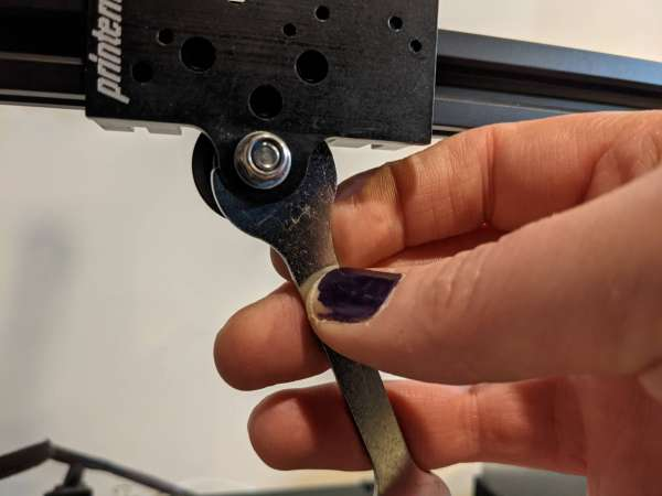 Tightening the eccentric nut on the MDD mounting plate